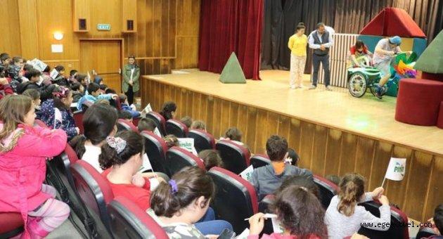 Karaburunlu çocukların tiyatro keyfi